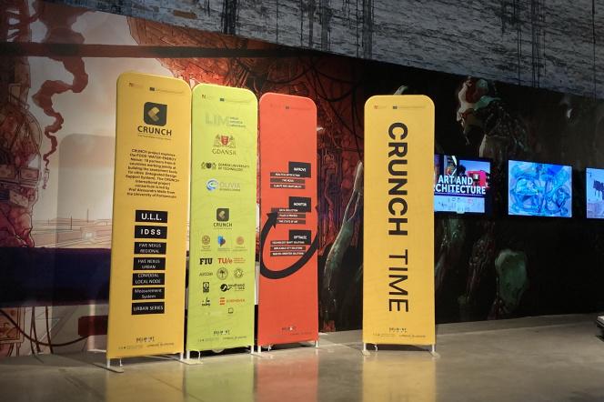 wnętrze dużego pomieszczenia, a w nim stojące panele z nazwą wydarzenia i jego partnerami