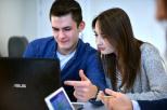 Studenci patrzący w ekran laptopa