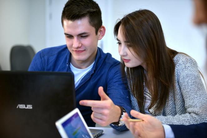 Chłopak i dziewczyna przed laptopem
