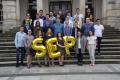 Członkowie Studenckiego Koła SEP na schodach gmachu głównego PG