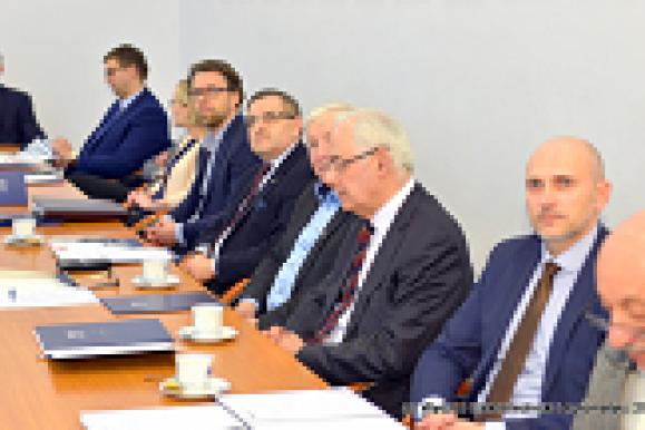 Członkowie Rady Konsultacyjnej WEiA przy stole obrad