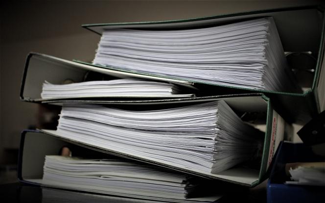 Skoroszyty z dokumentami ułożone jeden na drugi