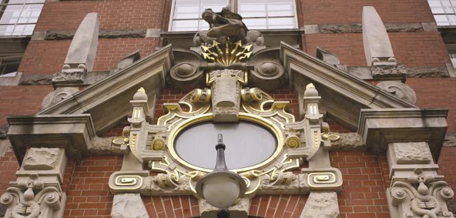 Ozdobne ornamenty nad wejściem głównym do budynku WEiA