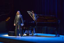 Leszek Możdżer rozpoczyna koncert inaugurujący 70-lecie. Fot. Krzysztof Krzempek / Politechnika Gdańska