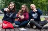 Zdjęcie przedstawie troje studentów, dwie kobiety i mężczyzne w bluzach PG