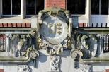Na zdjęciu widoczny jest kartusz nad wejściem do gmachu głównego Politechniki Gdańskiej
