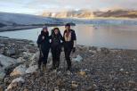 Na zdjęciu badaczki na tle jeziora