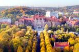 zdjęcie gmachu Politechniki Gdańskiej z lotu ptaka w jesiennej scenerii