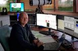 Na zdjęciu prof. Mariusz Figurski siedzi przed monitorami