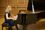 Młoda pianistka
