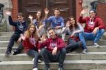 Studenci na schodach przed gmachem głównym