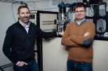 Na zdjęciu od lewej: prof. Robert Bogdanowicz i dr inż. Michał Sobaszek w Laboratorium Syntezy Innowacyjnych Materiałów i Elementów. Fot. Dawid Linkowski