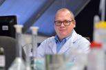 Na zdjęciu prof. Jacek Ryl w laboratorium.