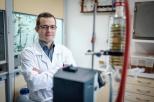 Na zdjęciu dr Mateusz daśko w swoim laboratorium