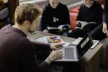 Studenci przy komputerach