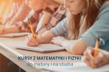 """studenci siedzący przy stole i piszący na kartce. Napis """"Kursy z matematyki i fizyki. Do matury i do studiów"""""""