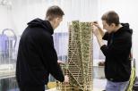 Studenci budują drewnianą konstrukcję