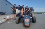 Studenci pracują nad bolidem i planują wyruszyć na wyścig w czeskim mieście Most