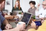 Zdjęcie przedstawia szkolenie - kilka osób wokół komputera