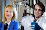 Na zdjęciu widoczna jest po lewej stronie dr inż. Beata Zima, blondynka ubrana w białą koszulę z ciemnym krawatem oraz niebieską marynarkę. Po prawej stronie jest dr inż. Tomasz Majchrzak, brunet w okularach, ubrany w biały kitel.