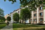 Obraz przedstawia budynek akademika nr 5