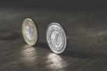 """Zdjęcie przedstawia dwie monety """"stojące"""" na rancie 1 zł oraz 2 zł"""