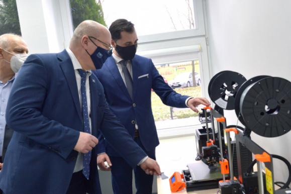 Radosław Włudzik from Excento is presenting ProtoLab III equipment to prof. Krzysztof Wilde, the rector of GUT (in the foreground) and prof. Janusz Nieznański, Vice-Rector for Internationalization and Innovation. Photo Krzysztof Krzempek / Gdańsk University of Technology