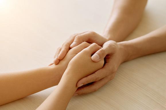 Ściskające się dłonie