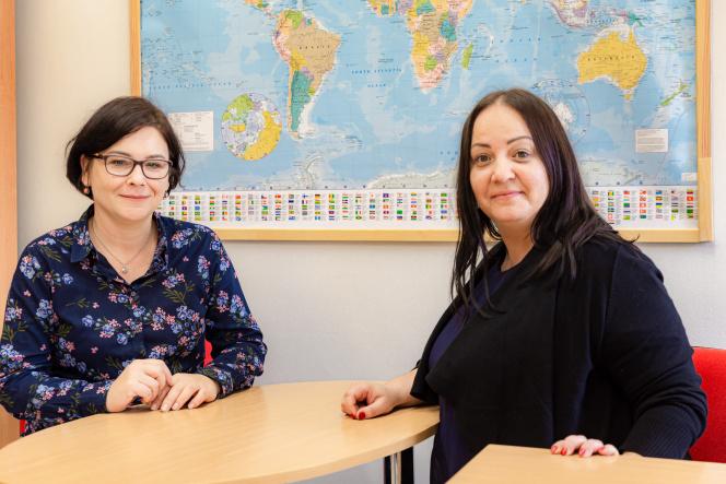 Na zdjęciu znajdują się dwie kobiety na tle mapy świata