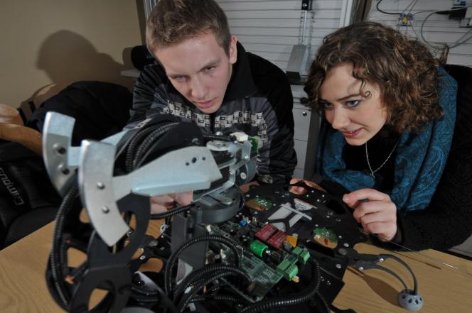 studenci oglądają urządzenie
