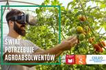 Człowiek w okularach VR o0gląda pomidory